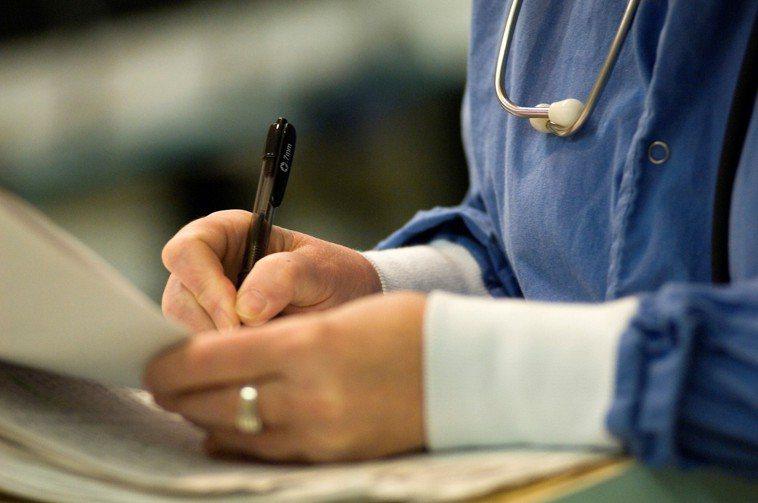 預簽「放棄急救同意書」就保證生命的終點能擁有尊嚴的死亡嗎?圖片來源/Ingima...