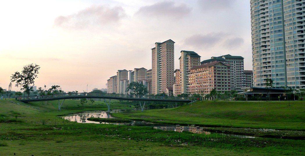 新加坡加冷河是一條不折不扣的都市河川,但其復育工程將其「自然化」,把本來的三面光...