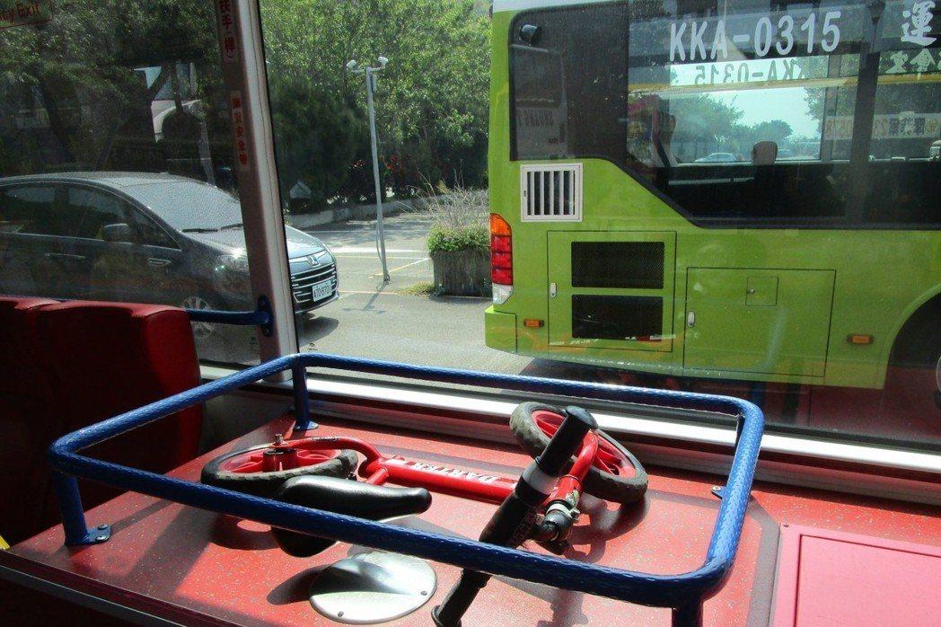 台北市轄管部分低地板公車免費搭載12吋以下兒童自行車。 圖/臺北市公共運輸處提供