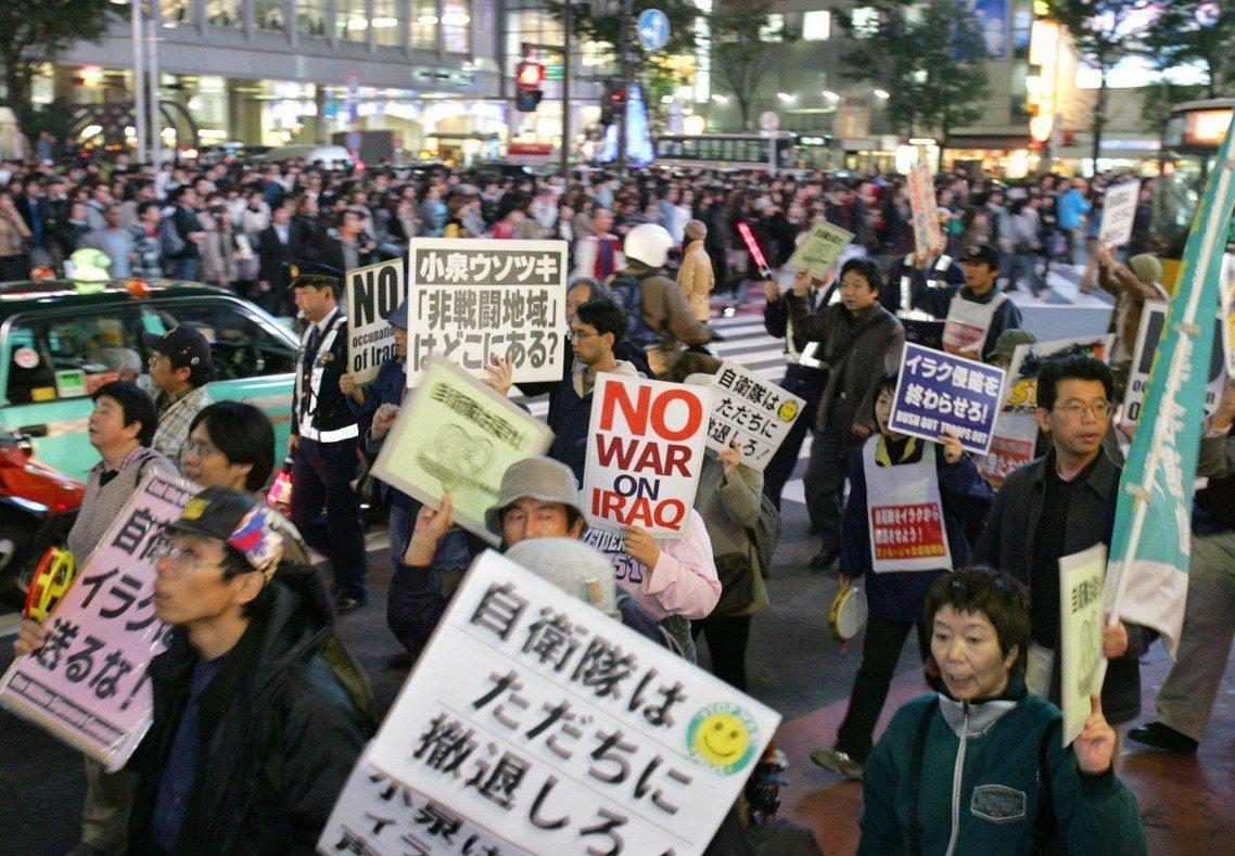 「非戰鬥區域在哪?」圖為2004年時反對派兵伊拉克、向小泉政府抗議的日本民眾。 ...