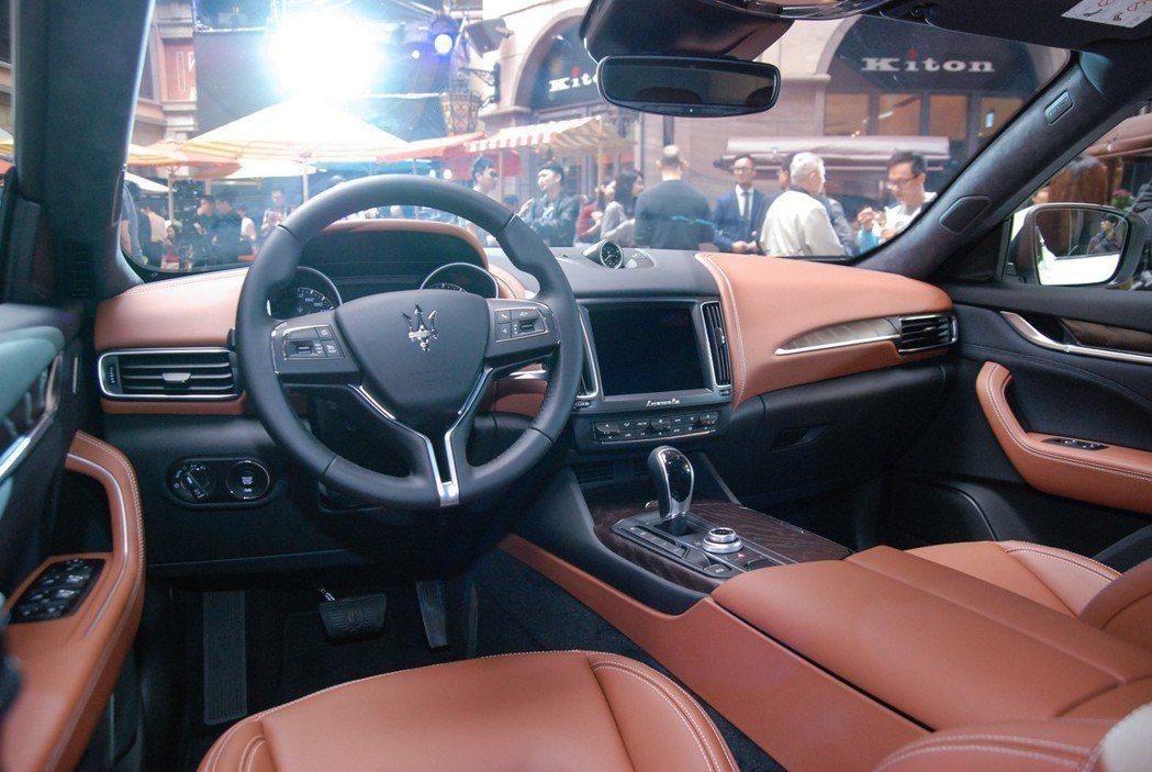 Ermenegilo Zegna 為 Maserati 獨家研發的蠶絲綢材質大量...