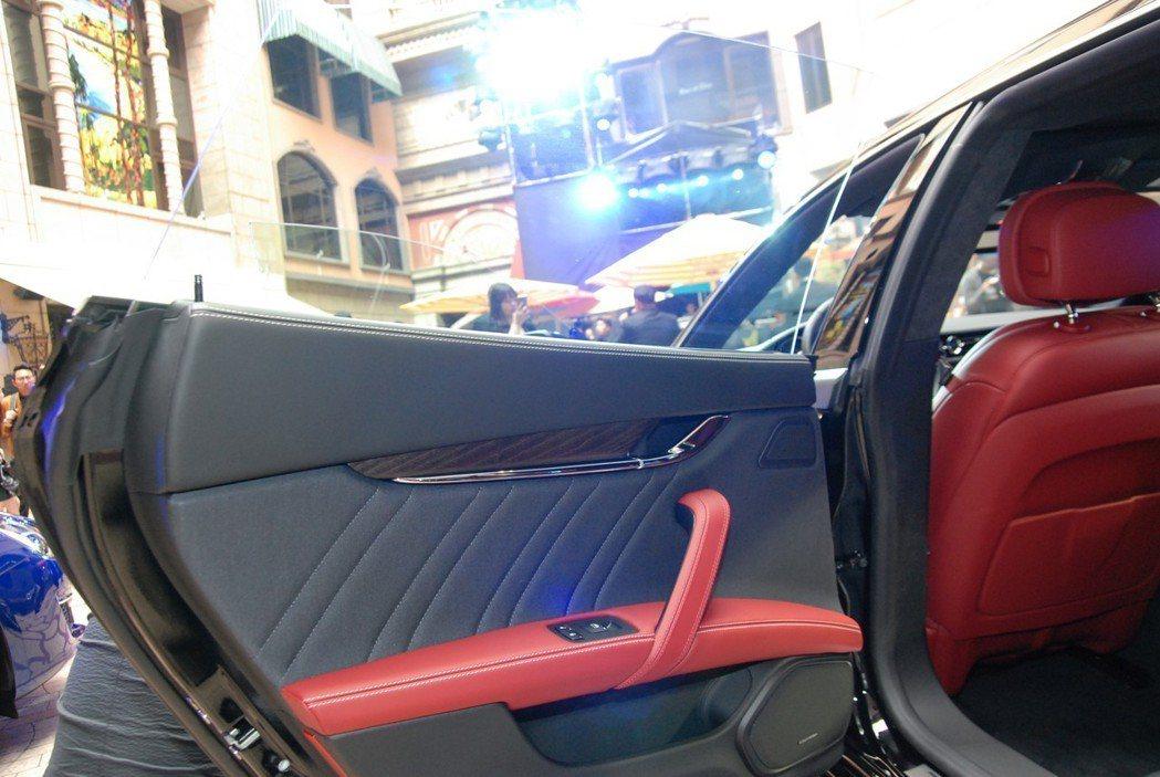 車門面板也採用蠶絲綢材質,在觸感與耐磨表現上都相當出色。 記者林鼎智/攝影
