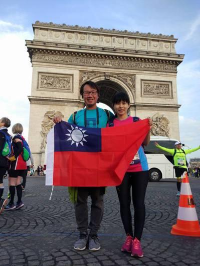 竹科工程師李士毅今年帶著新婚妻子到法國度蜜月兼跑馬,一塊完成巴黎馬拉松。圖/李士...