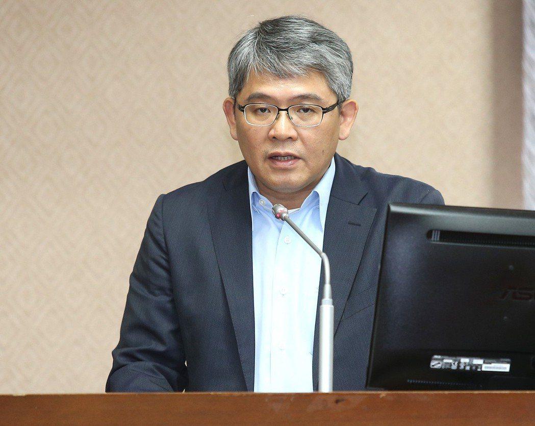 內政部政務次長花敬群表示,推動修法是為了讓市場資訊即時正確,修法草案已送行政院會...