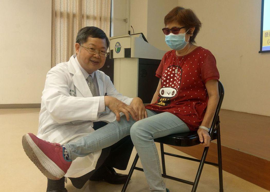 醫師陳得源(左)說明,王姓病患(右)是史笛兒氏症患者,長期反覆發燒、關節積水,行...