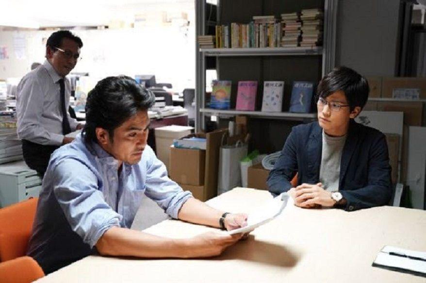 北村一輝(左)與岩田剛典(右)在《去年冬天,與你分別》飆戲。圖/向洋影業提供