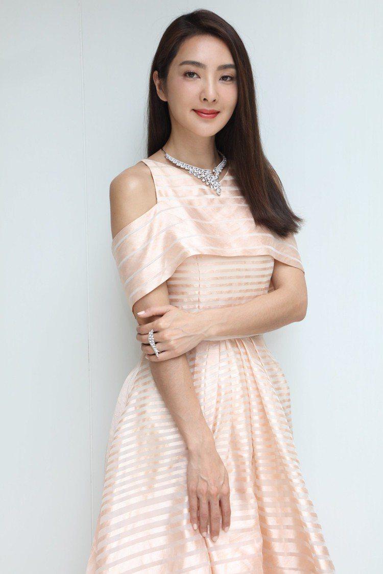 吳速玲以清新自然的色調搭配白鑽珠寶。圖/侍好珠寶提供