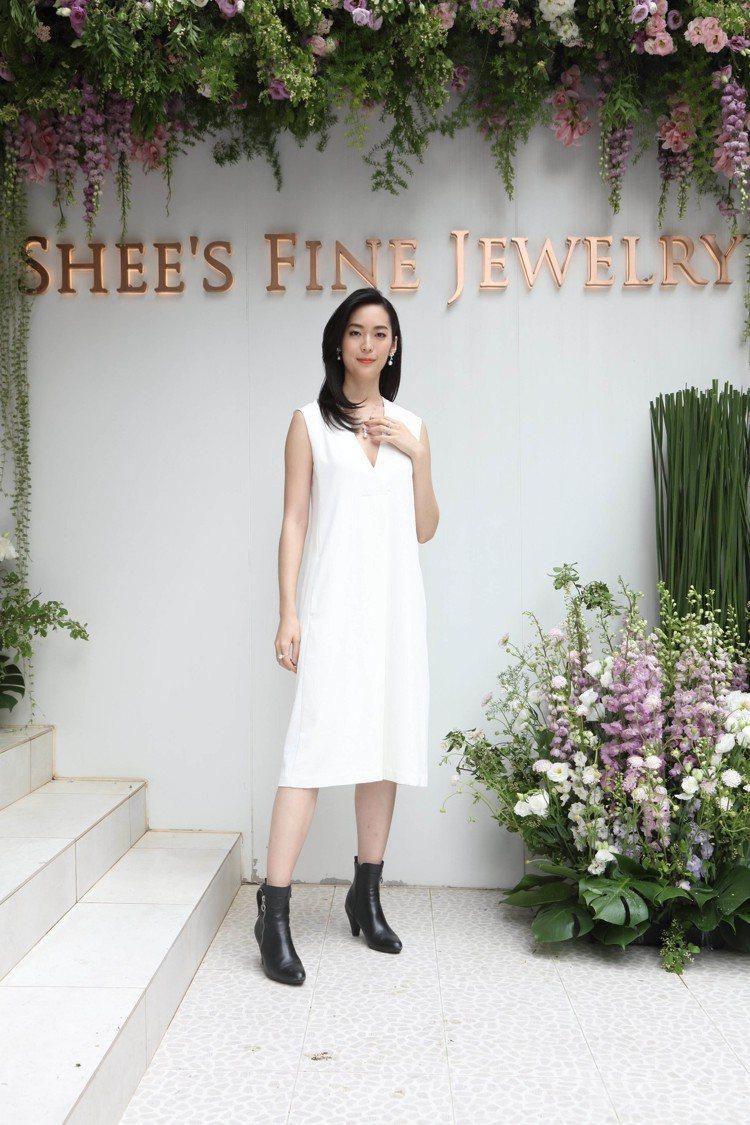 鄧永佳配戴具有紀念意義的玫瑰珍珠珠寶。圖/侍好珠寶提供