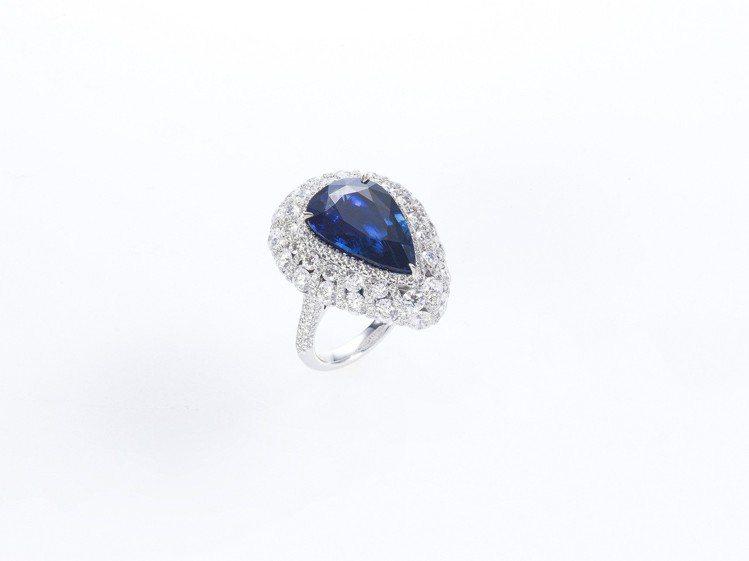 藍寶石水滴戒指,斯里蘭卡無燒藍寶石9.98克拉與鑽石,660萬元。圖/侍好珠寶提...