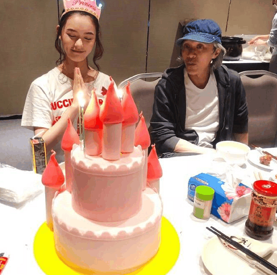 林允歡度22歲生日,周星馳(右)也是座上嘉賓之一。圖/摘自微博