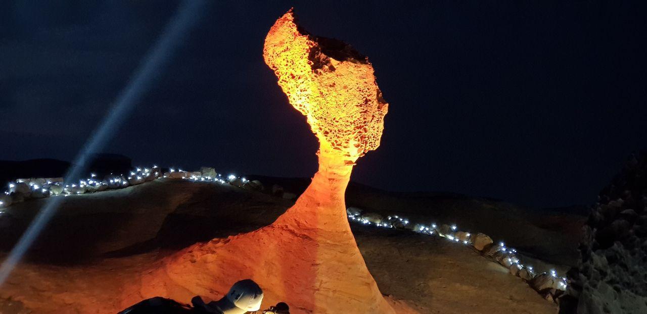 交通部觀光局北觀處20日起至28日舉辦「2018野柳石光-夜訪女王」活動,結合聲...