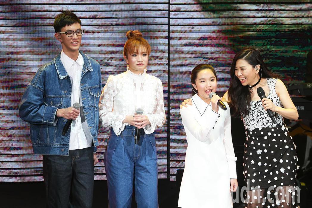 馬永霖(左起)、馬永蒂及馬永恩與馬毓芬演唱「木棉道」。記者徐兆玄/攝影
