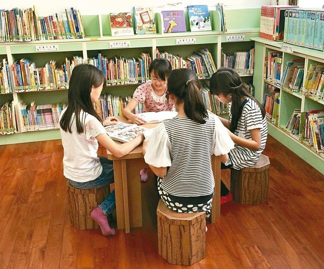 台中市圖書館后里分館利用瓦楞紙製作書架、桌椅,是台中第一座「紙圖書館」。 圖/台中市立圖書館提供
