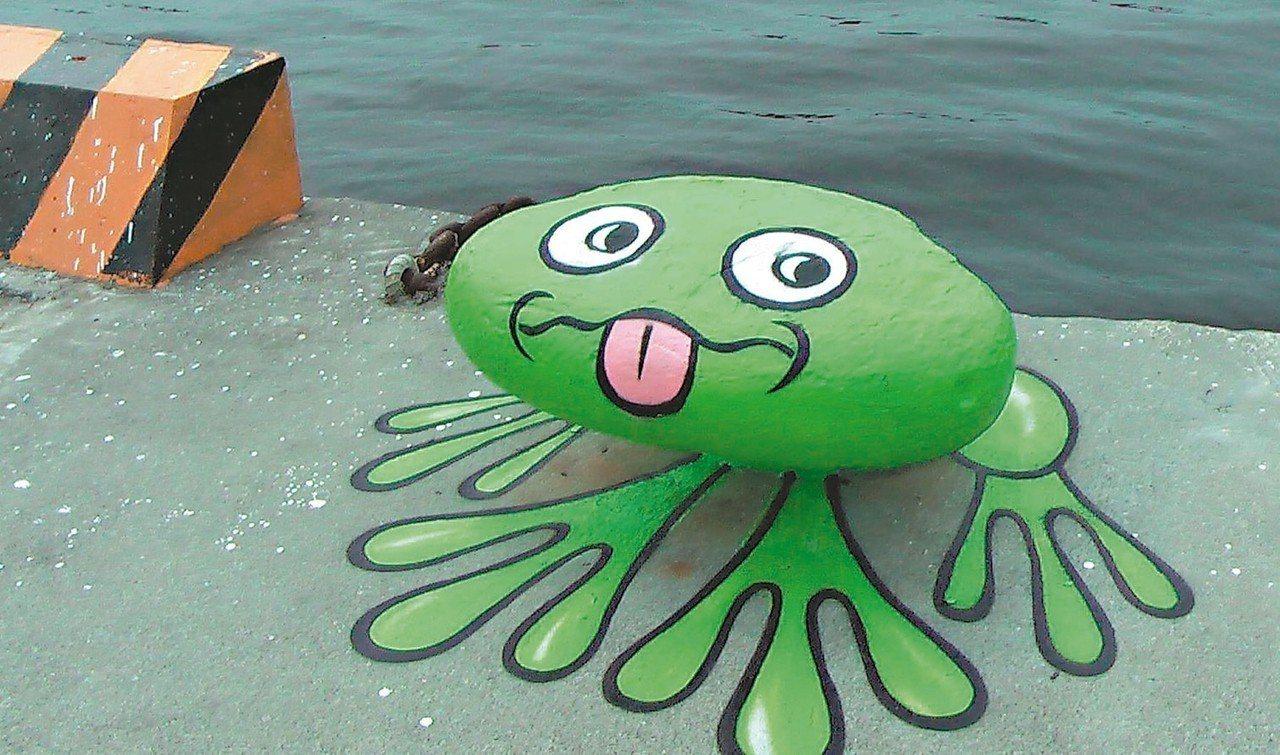 高雄港邊繫船柱成了小青蛙,人孔蓋變成平底鍋…,這些全是高雄駁二藝術特區駐村創作,網友大讚太療癒了,也成為「網美」的打卡熱點。 圖/記者徐如宜