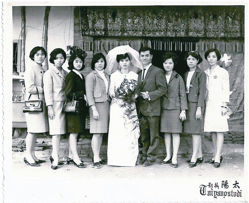 顏艾琳的父母結婚照,攝於土角屋一條龍。
