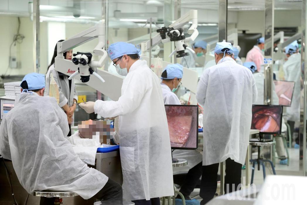 陽明大學與德國蛇牌學院合作,從美國進口14顆人體頭顱,吸引國內外22名外科醫師參...