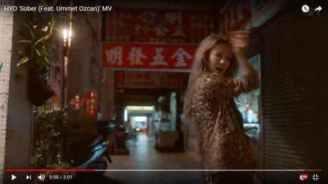南韓團體「少女時代」成員孝淵上月為拍攝MV來台取景,有幸運粉絲捕獲到「野生孝淵」,近日她新歌「Sober」MV出爐,不但有五金行,還有大安森林公園附近的天橋、核二廠也都入鏡,網友直讚超有台灣味,還有...