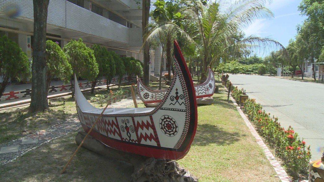 陸軍台東地區指揮部近年來不斷營造「家」的感覺,營區內布置打造各原住民族群的裝飾及...