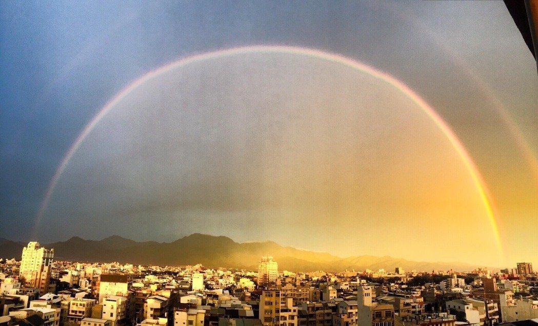 屏東「雙彩虹」,天空一邊昏暗、一邊明亮。 圖/民眾提供
