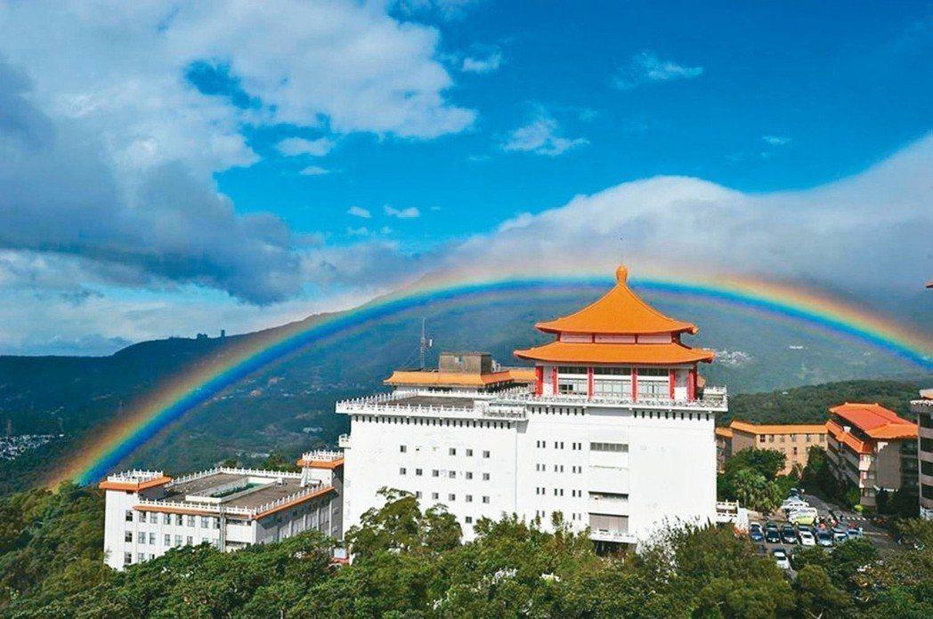 文化大學出現9小時的「長壽彩虹」,打破金氏世界紀錄。 圖/文化大學提供