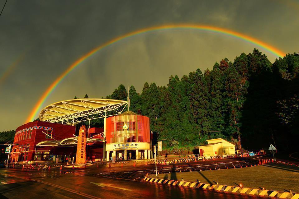 阿里山因為位置高、視野廣闊,因此看到的彩虹特別大。 圖/嘉義林區管理處提供