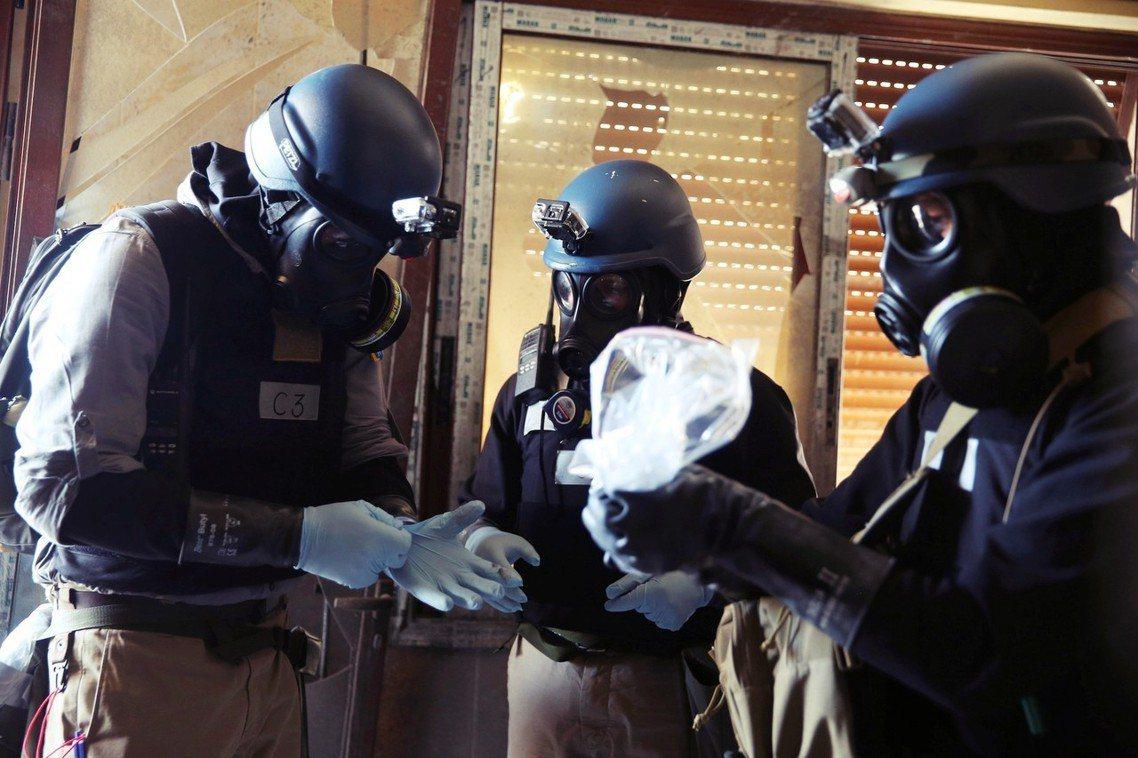 2013年調查東烏塔案的OPCW團隊。 圖/路透社