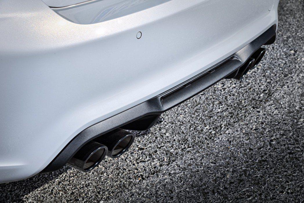 雙邊雙出黑色鍍鉻尾管。 摘自BMW