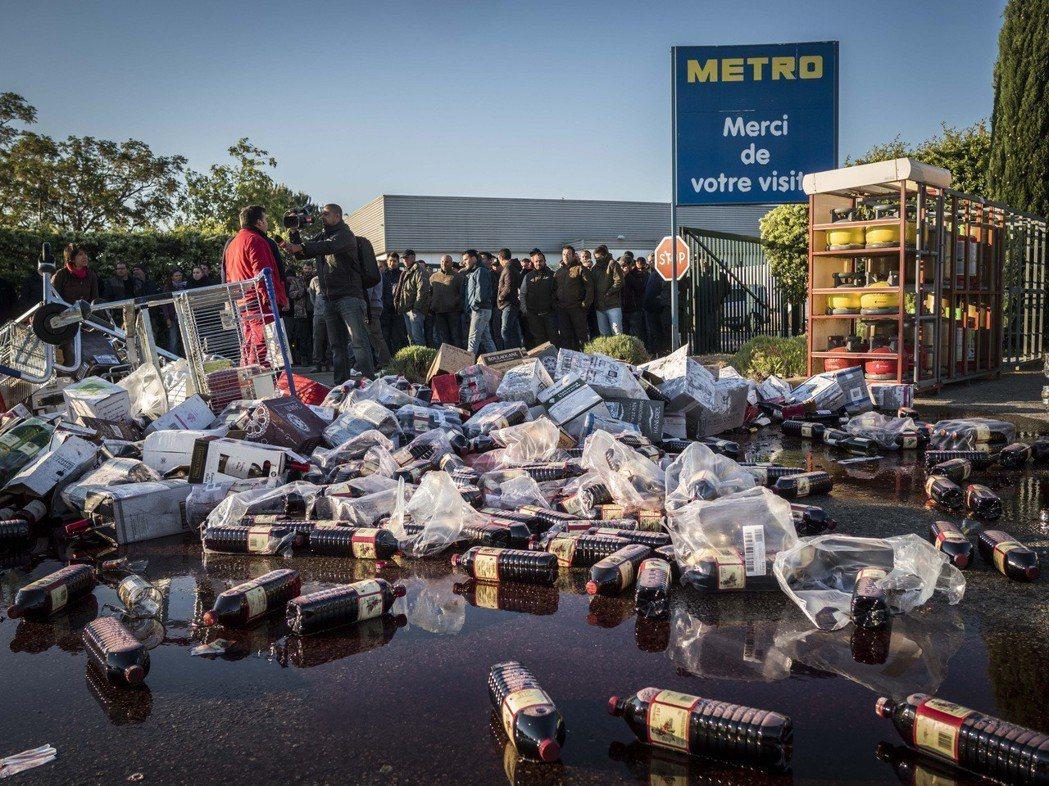 抗議西班牙紅酒入侵影響市場。 圖/美聯社