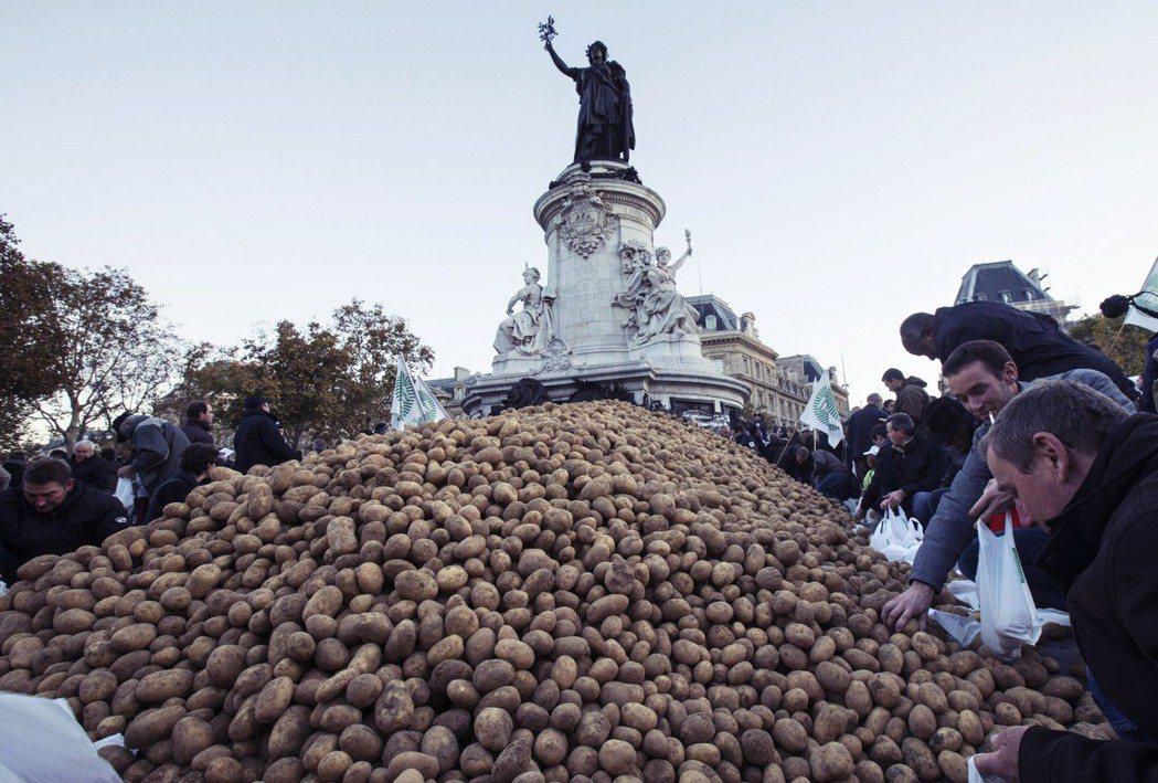 抗議馬鈴薯滯銷。 圖/路透社