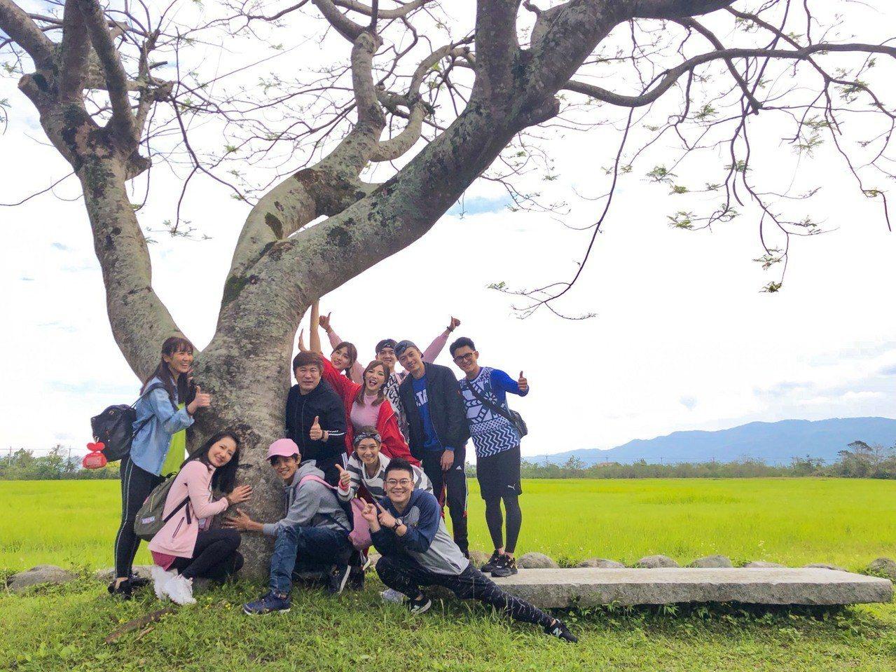 「大集合」一群人到花蓮選了一顆樹留念。圖/民視提供