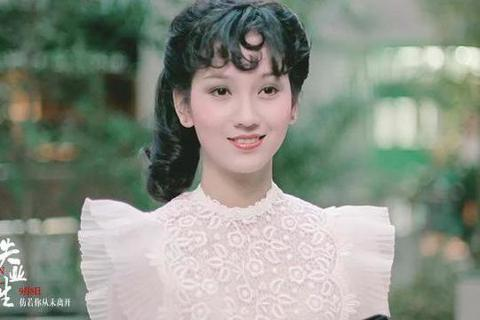 演藝圈著名的「不老傳奇」趙雅芝,總因過人的古典美讓觀眾稱道,至今還擁有無數死忠粉絲。大陸觀眾最愛她在「新白娘子傳奇」中的演出,其實她那時已37歲,並不是特別年輕,卻仍然美麗優雅。有網友挖出她客串的電...