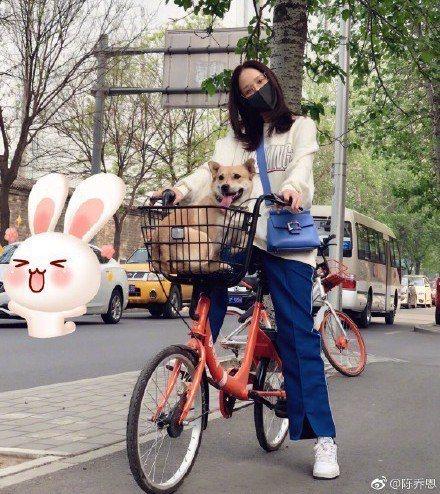 陳喬恩近日在微博曬出騎車照片,一身休閒服減齡穿搭斜背貴婦愛用包款Roger Vi...