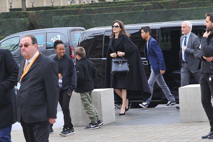 安潔莉娜裘莉手提JET SET系列黑色牛皮包現身巴黎街頭。圖/Ferragamo...