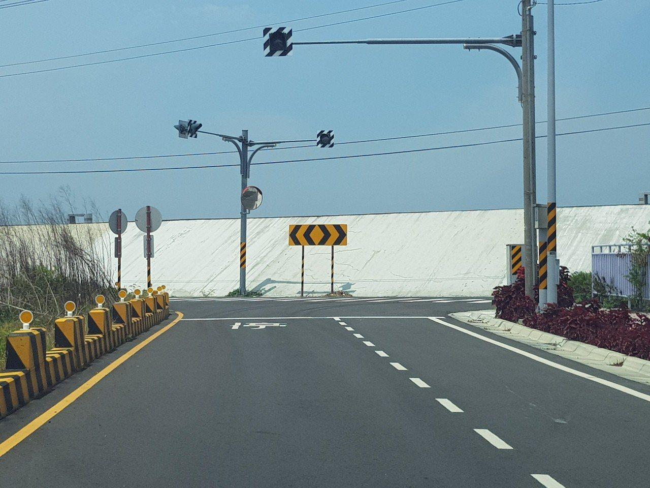 台南市安南區的台江大道已完成多時,但因跨越曾文溪的大橋尚未興建,路底撞到堤防而中...