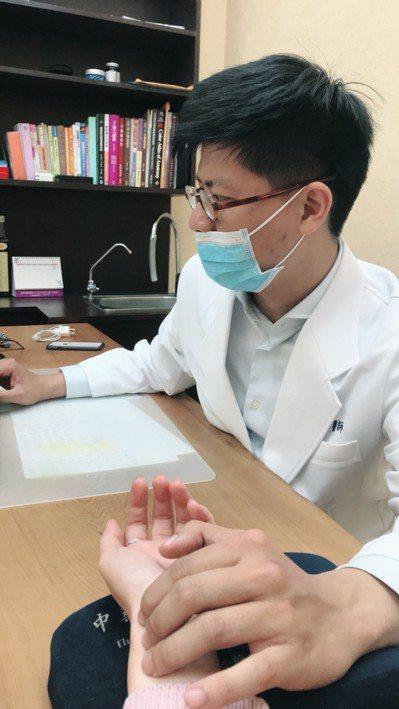 時代力量參選人許皓甯是中醫師。圖/時代力量台中黨部提供