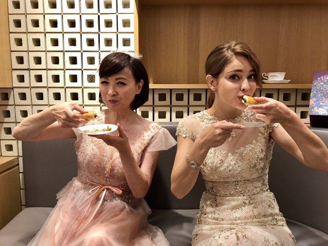 寶媽(左)和安妮都大讚台灣喜餅好吃。記者葉君遠/攝影