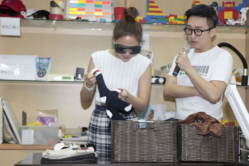 鬼鬼19日出席公益活動,戴上模擬眼鏡親自體驗低視能生活。圖/ 新視紀整合行銷提供