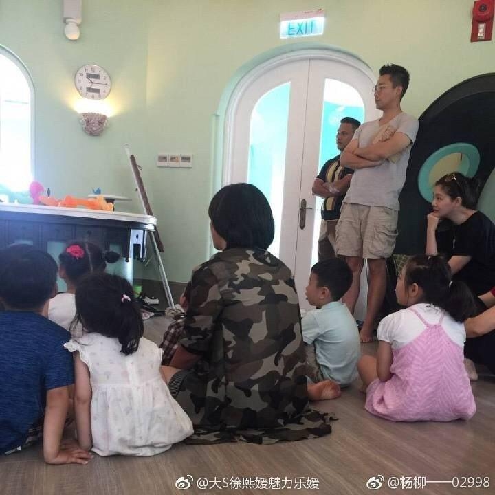 汪小菲(右二)與大S(右)日前被目擊陪小孩一起上親子課。圖/摘自微博