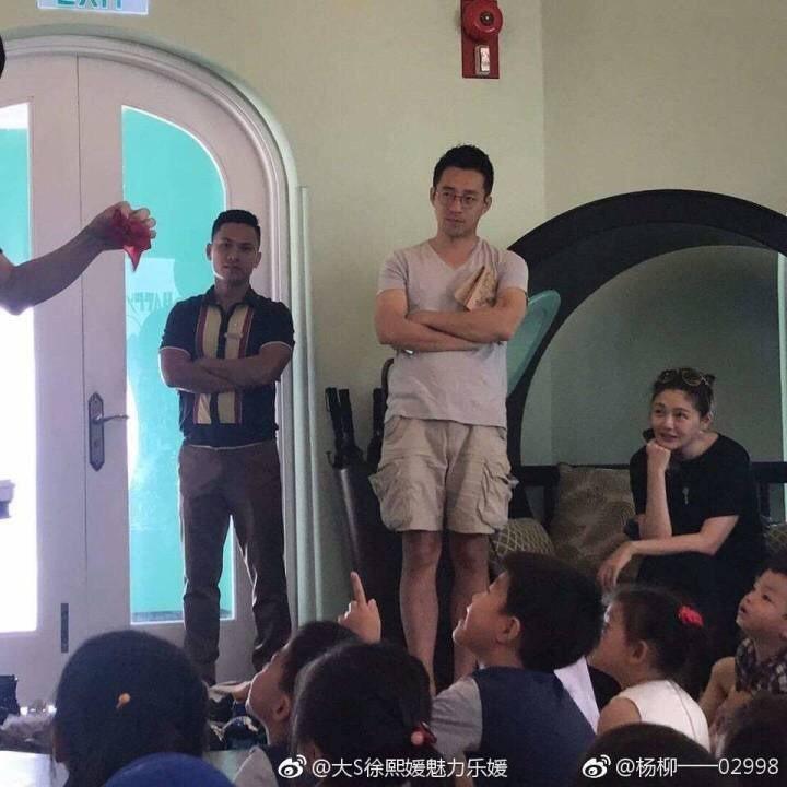 汪小菲(中)與大S(右)日前被目擊陪小孩一起上親子課。圖/摘自微博