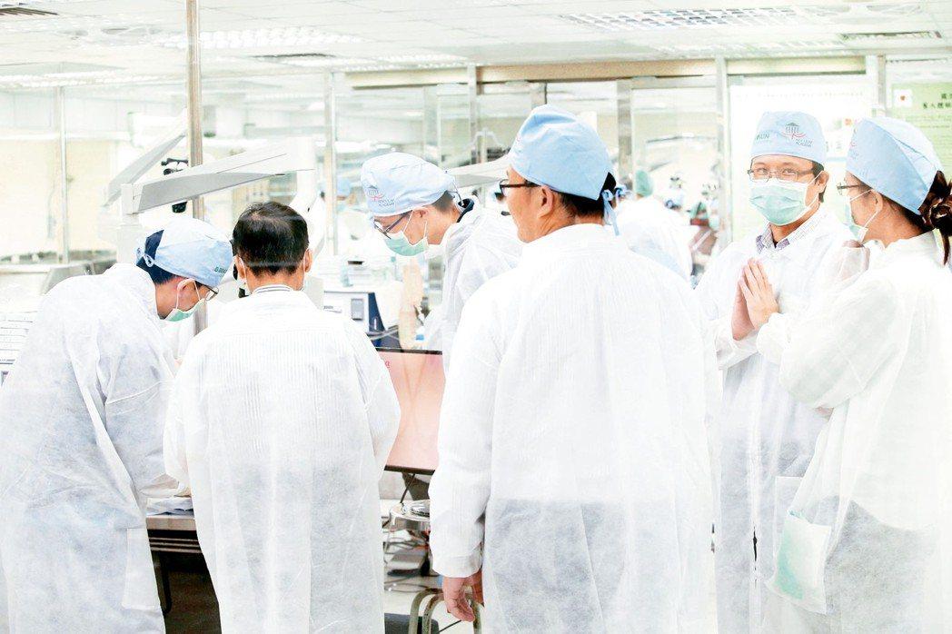 陽明大學從美國進口14顆人體頭顱,提供醫師參與動脈瘤、顱底腫瘤的模擬手術。 記者...