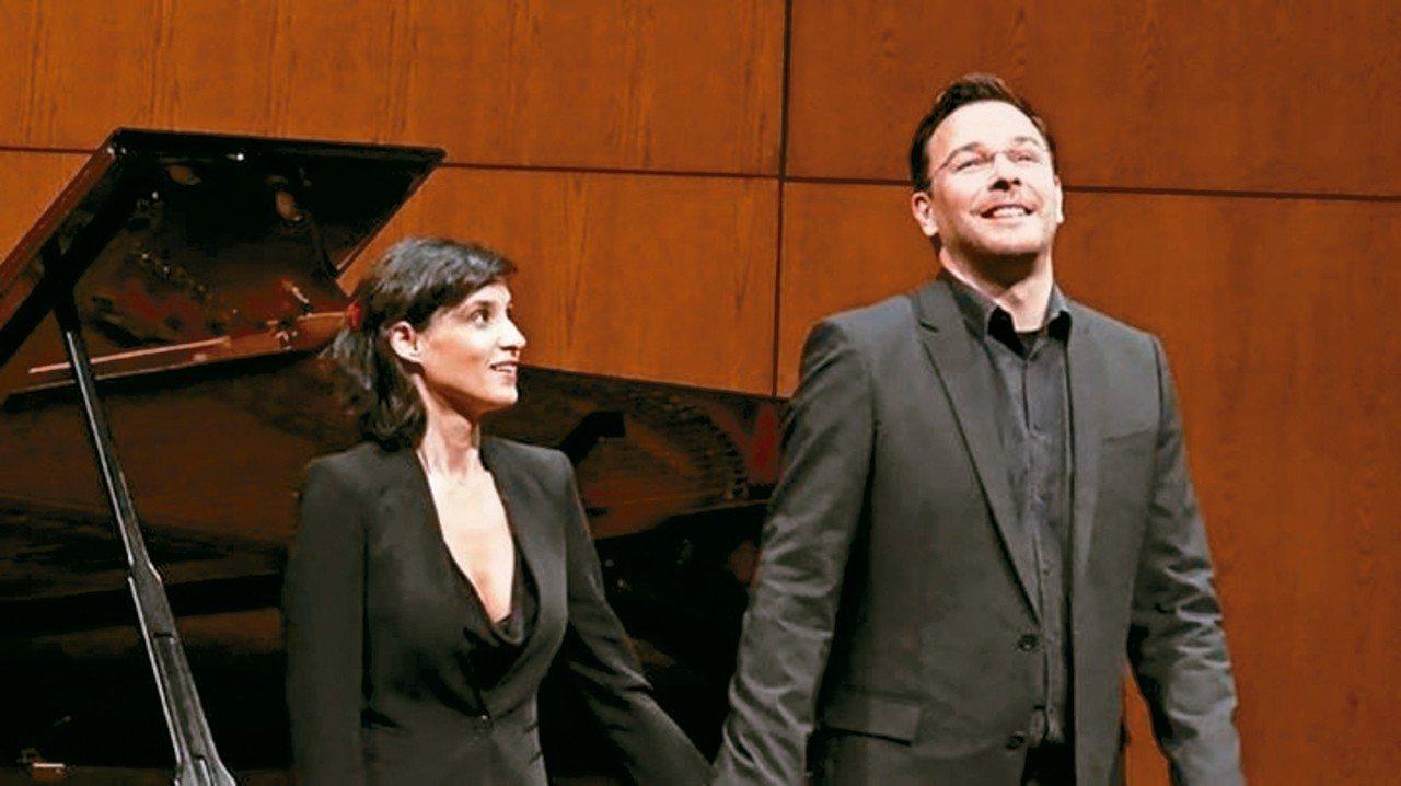 修爾(右)的演唱生涯在九零年代初期快速竄紅,如今已是世界頂尖假聲男高音歌手,將在...
