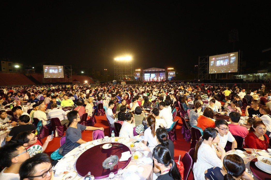 台中市人口數超越高雄,成為全台第二大城時,市長林佳龍特地辦桌慶祝。 圖/台中市新...