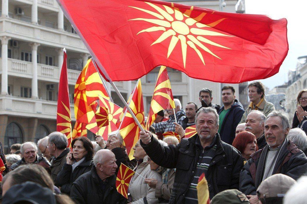 馬其頓民眾3月4日在首都史高比耶拿著舊國旗(上)和目前的國旗(下)示威,反對應希...