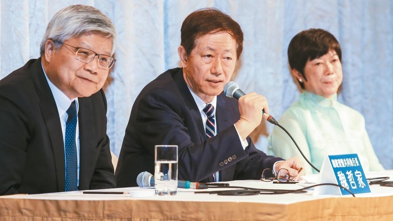 台積電昨天舉行法說會,由魏哲家(左起)、劉德音兩位共同執行長,以及財務長何麗梅向...