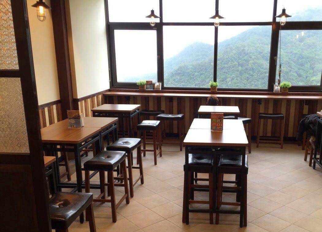 全家九份觀景店仿造古早茶館設計,倚窗可以欣賞九份美景。 圖/全家提供