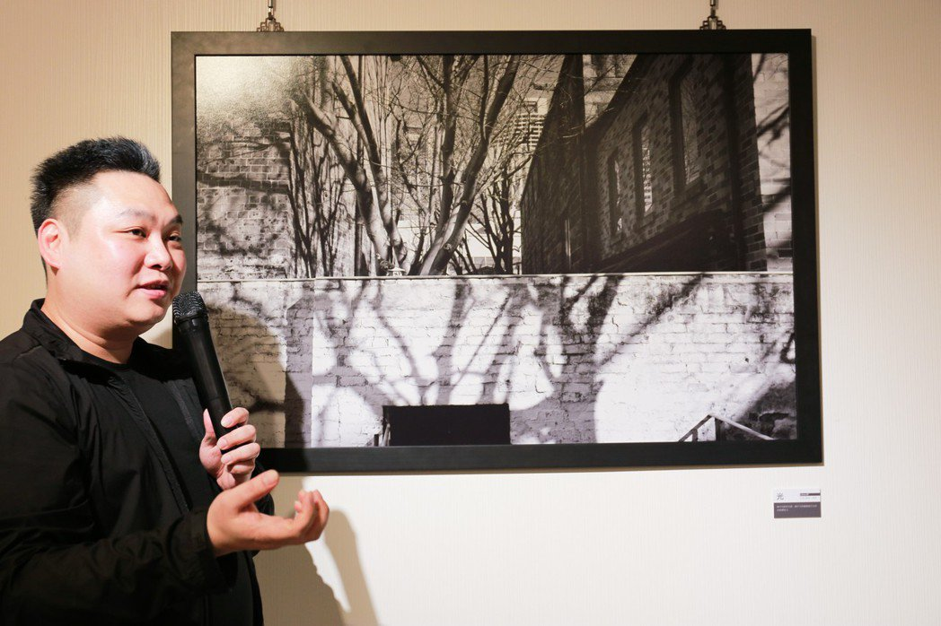 何孟弘介紹他最滿意的作品「光」,拍攝當時的情境。 攝影/張世雅