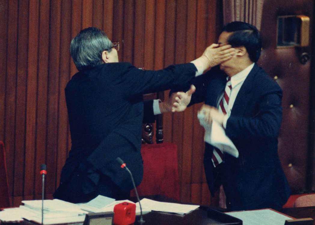 1991年立法院院會,民進黨立委張俊雄(右)打了院長梁肅戎(左)一記耳光,梁肅戎...