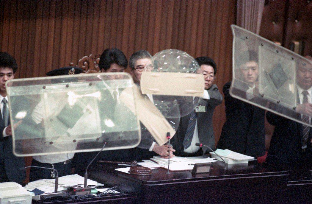 1991年朝野立委打架後,為了防備民進黨立委將目標「鎖定」立法院長梁肅戎,立法院...