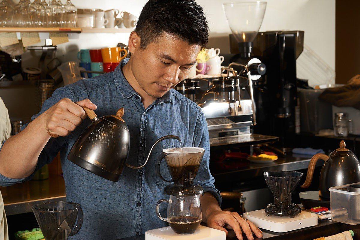 吳則霖近年交棒培育新人,已很少進吧台沖煮咖啡,此次破例為本刊親自示範。