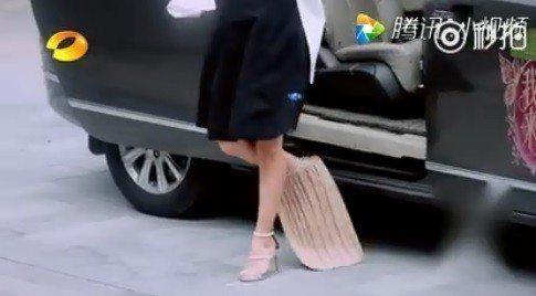 陳妍希一走出座車,汽車座墊竟也滑落而出。圖/摘自微博